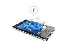 手機掉入水中泡水了 千萬別做這5件事